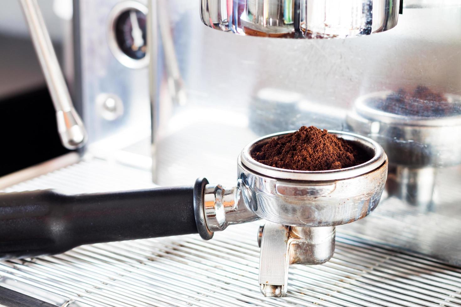 koffiemolen met espresso erin foto
