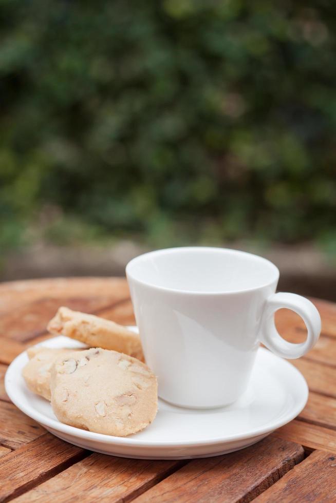 cashew cookies met een witte koffiekopje foto