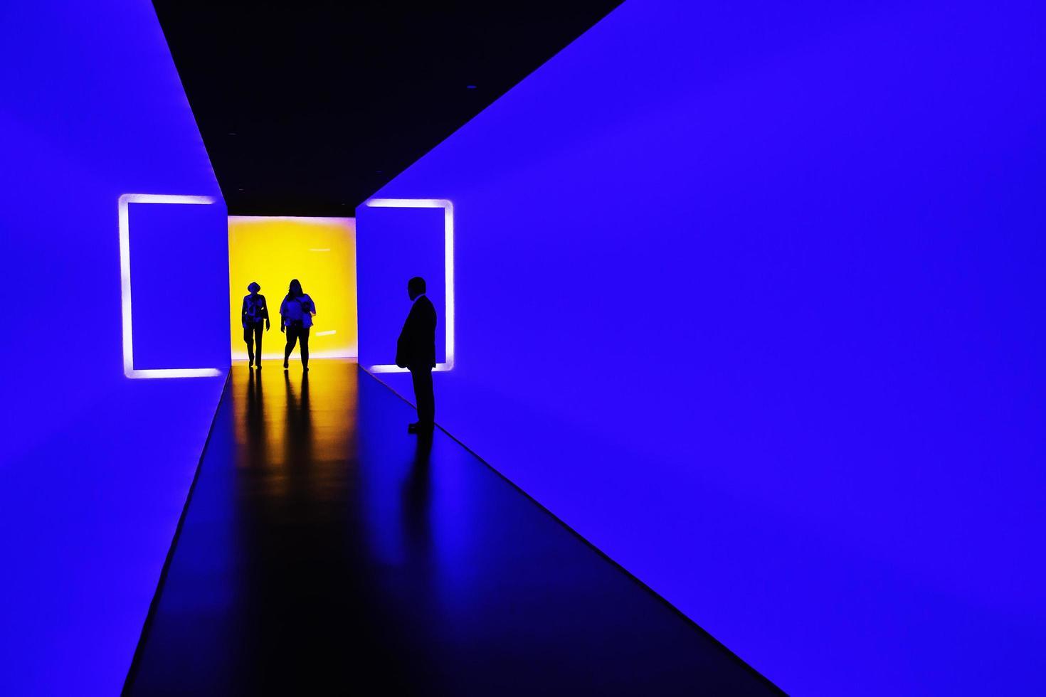 Houston, Texas, 2020 - mensen bekijken een neonkunstwerk in een museum foto