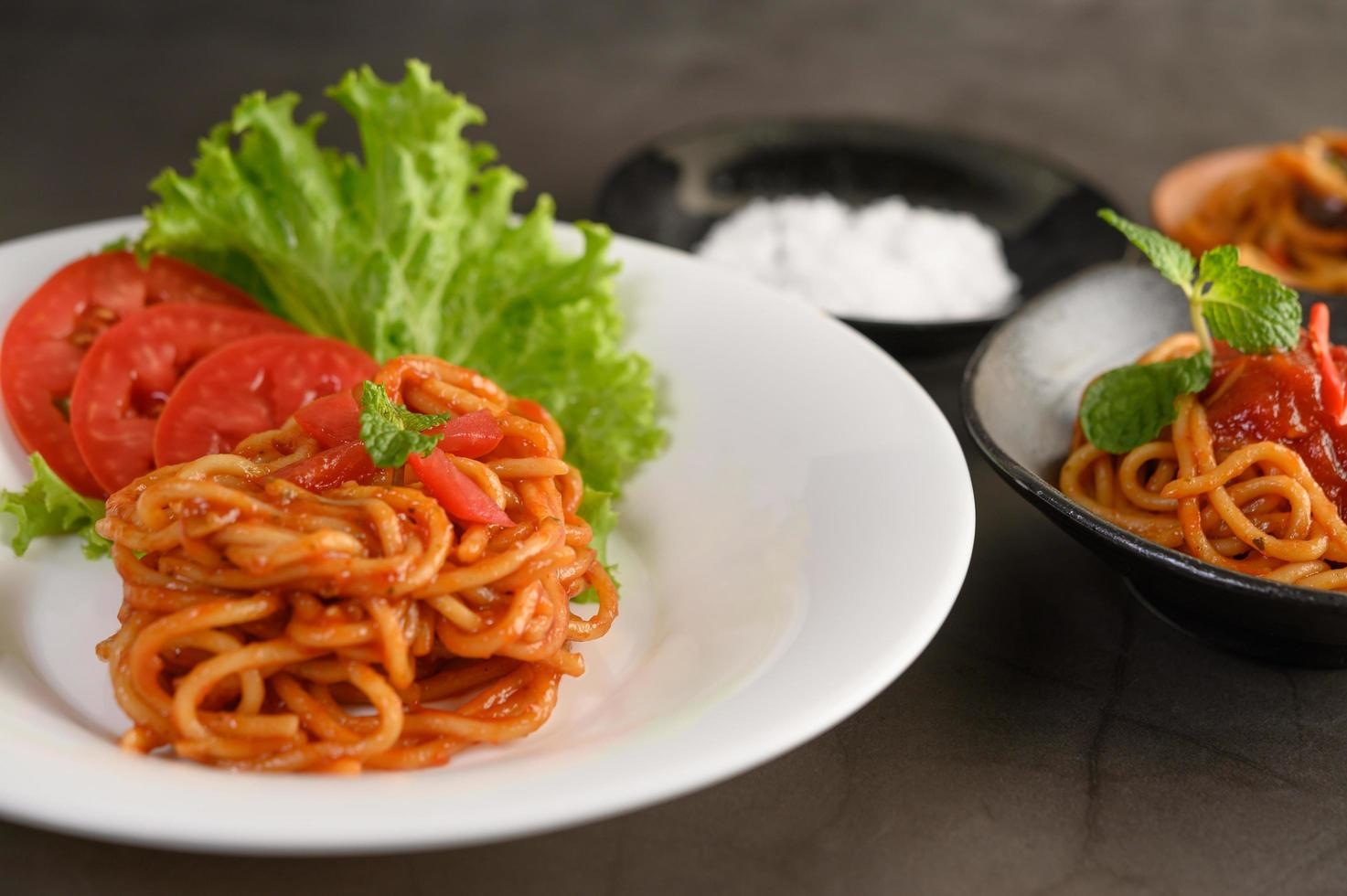 Italiaanse spaghetti pasta met tomatensaus foto