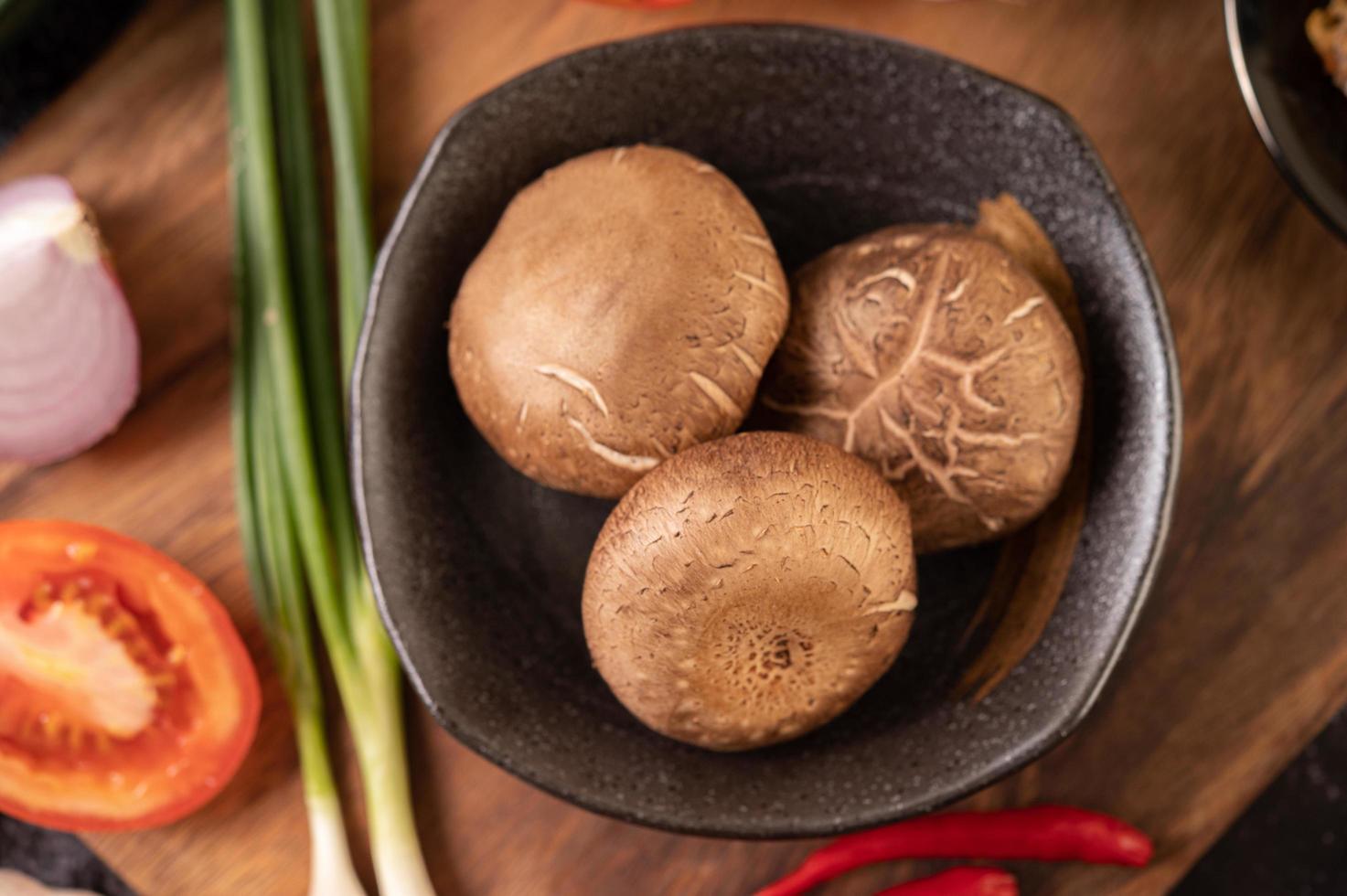 shiitake-paddenstoelen met knoflook, tomaat, paprika en uien foto