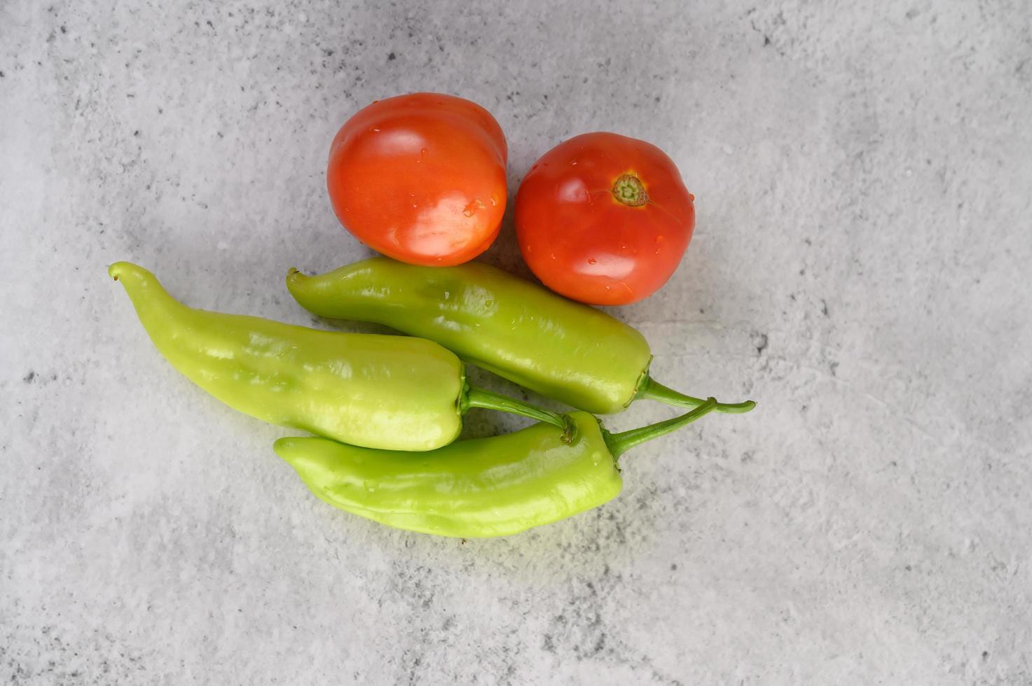 groene paprika's en verse tomaten foto