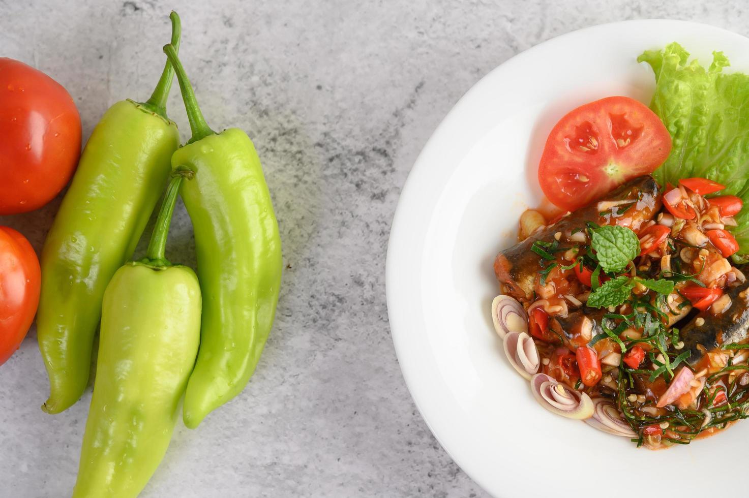 pittige sardientjes in tomatensaus foto