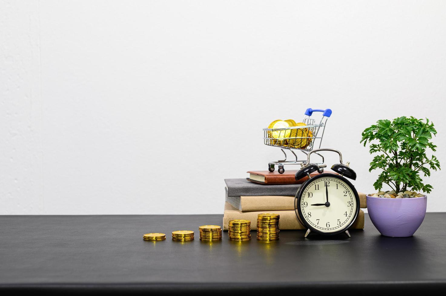 concept van financiële groei met munten en wekker foto