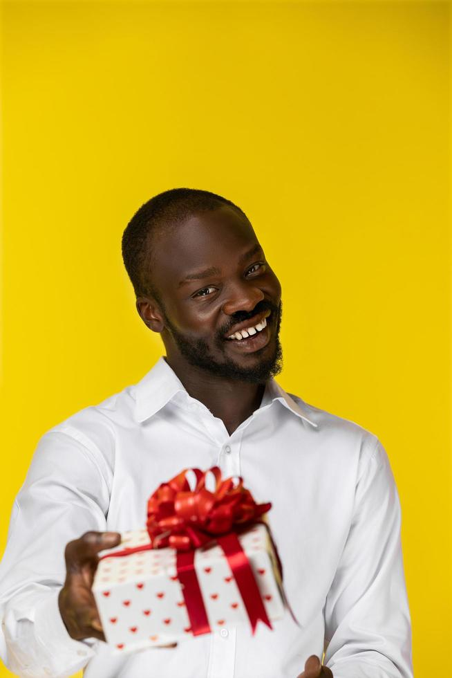 man die een geschenk presenteert foto