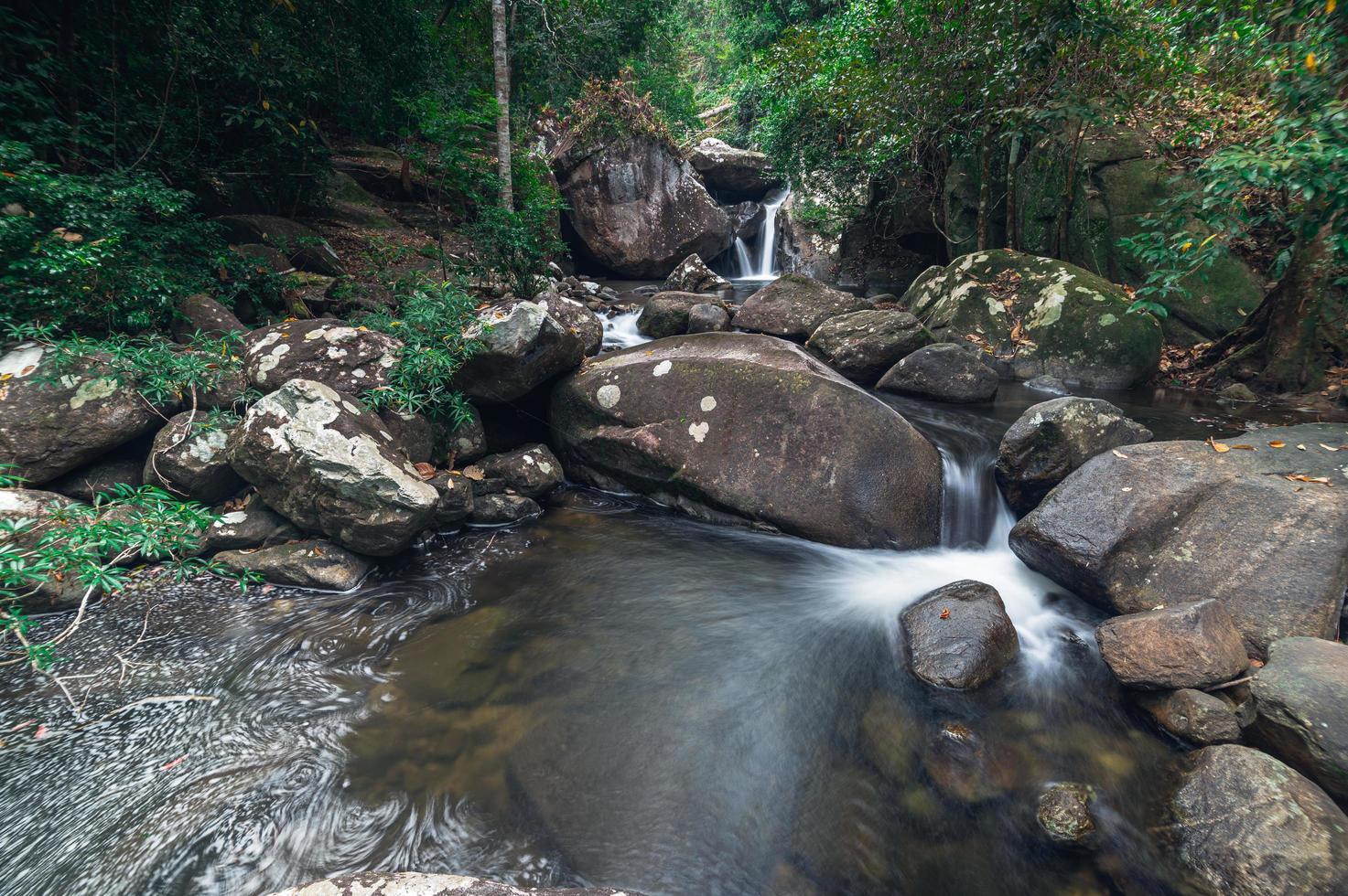 stroom in het Khao Chamao Waterfall National Park foto