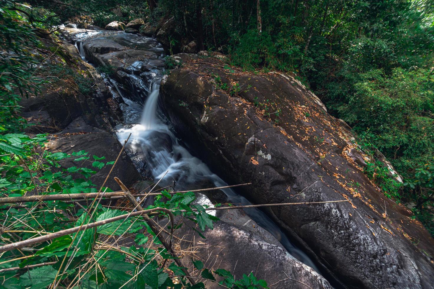 rotsen in het nationale park van de waterval van khao chamao foto