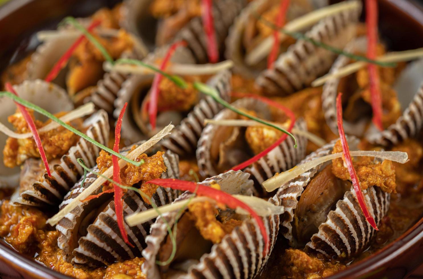 curried en gebakken kokkels foto