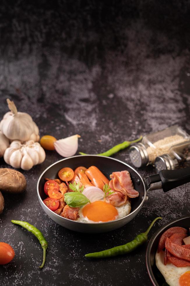 eierontbijt met worst en groenten foto