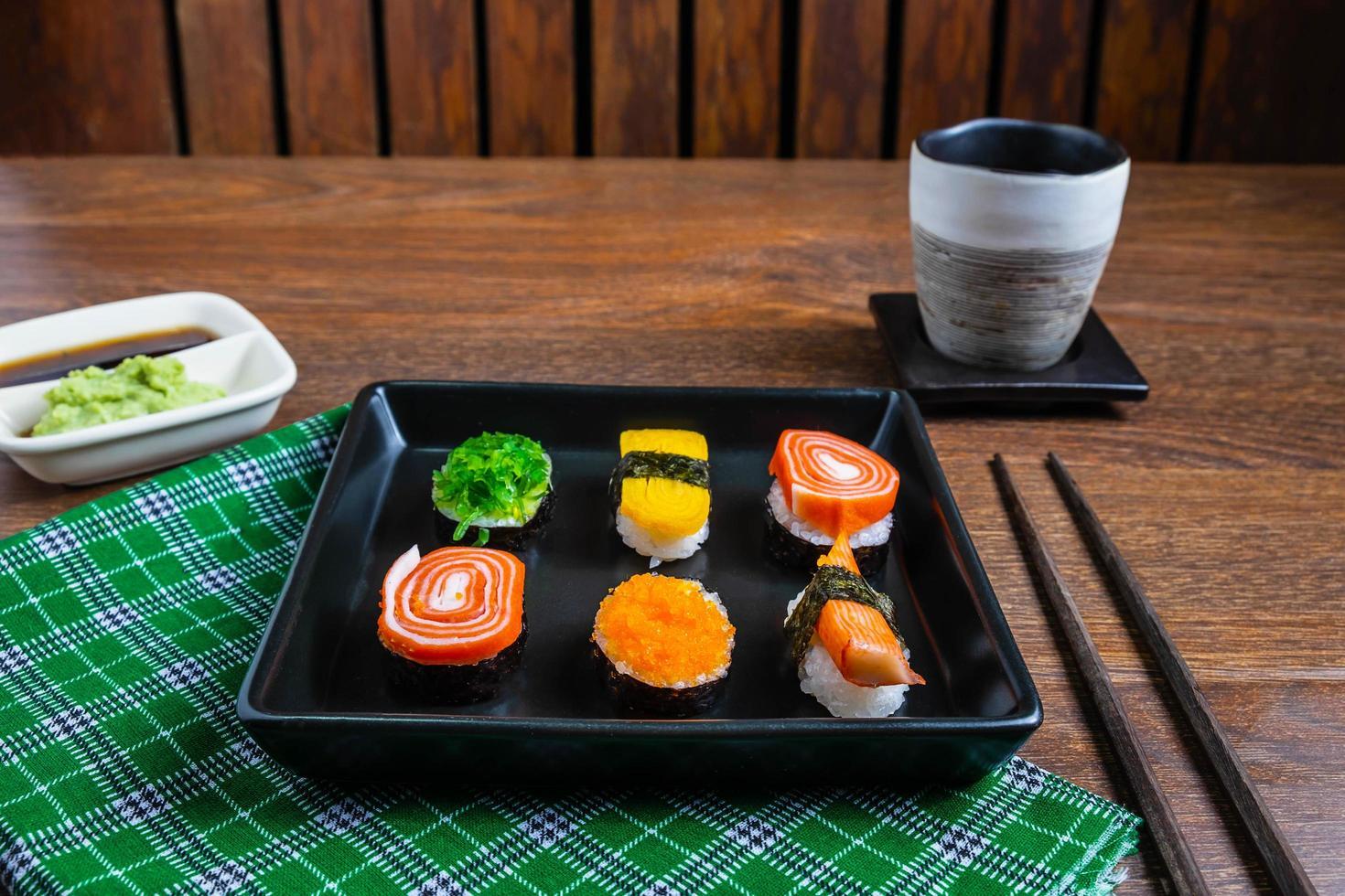 bord met sushi erop foto