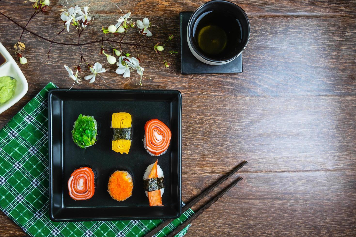 bovenaanzicht van sushi foto