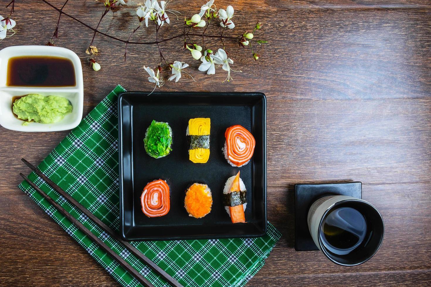bovenaanzicht van een bord sushi foto