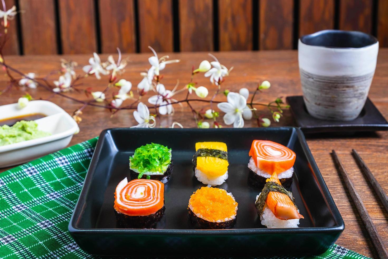 sushi op een zwarte plaat foto