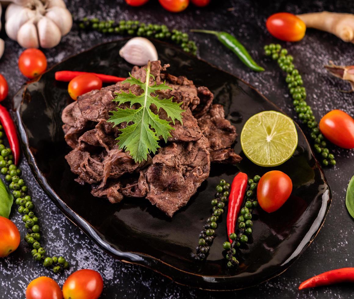 varkensvlees met tomaten, paprika, knoflook en limoen foto