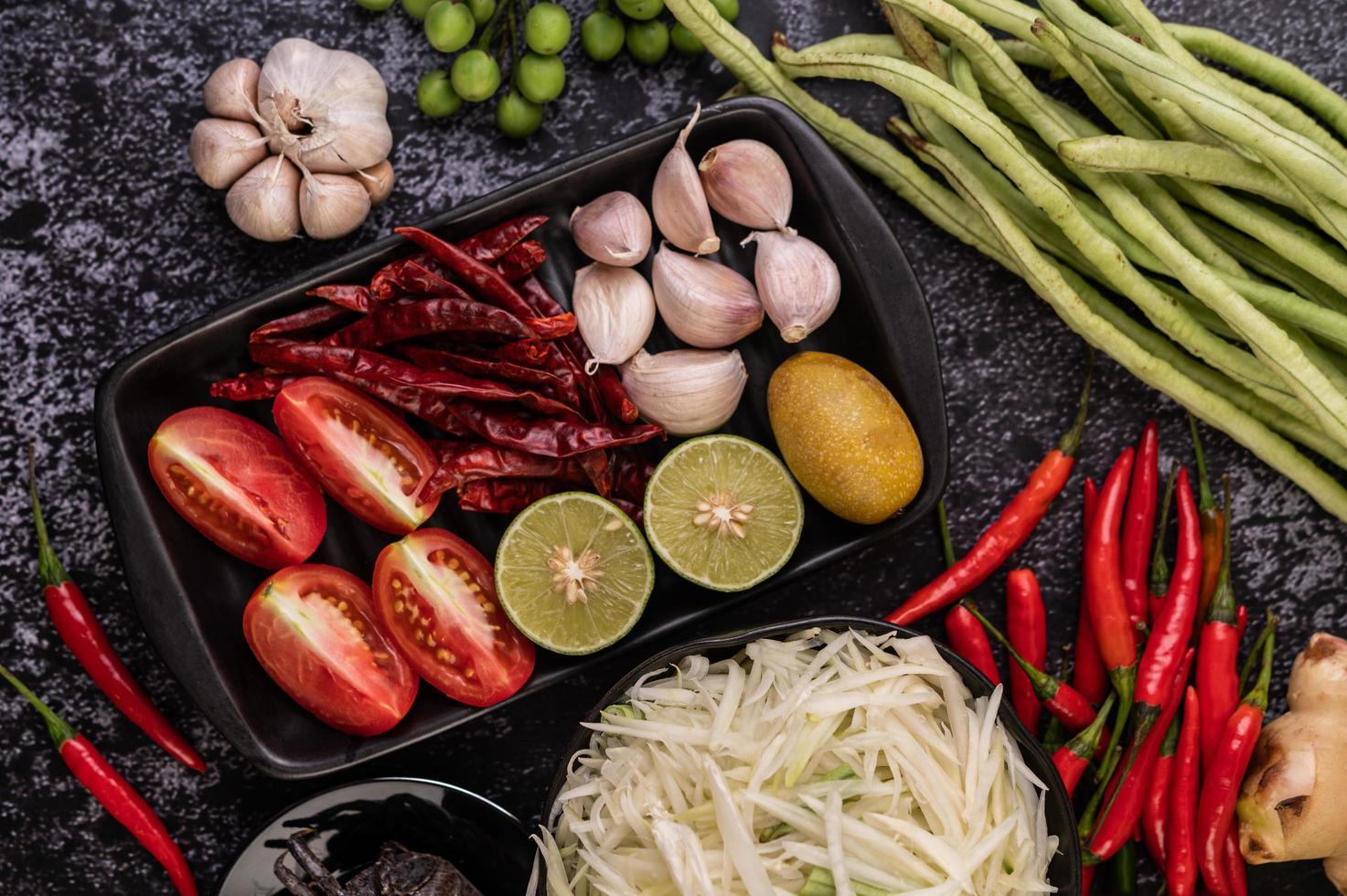 papajasalade ingrediënten met gefermenteerde vis foto