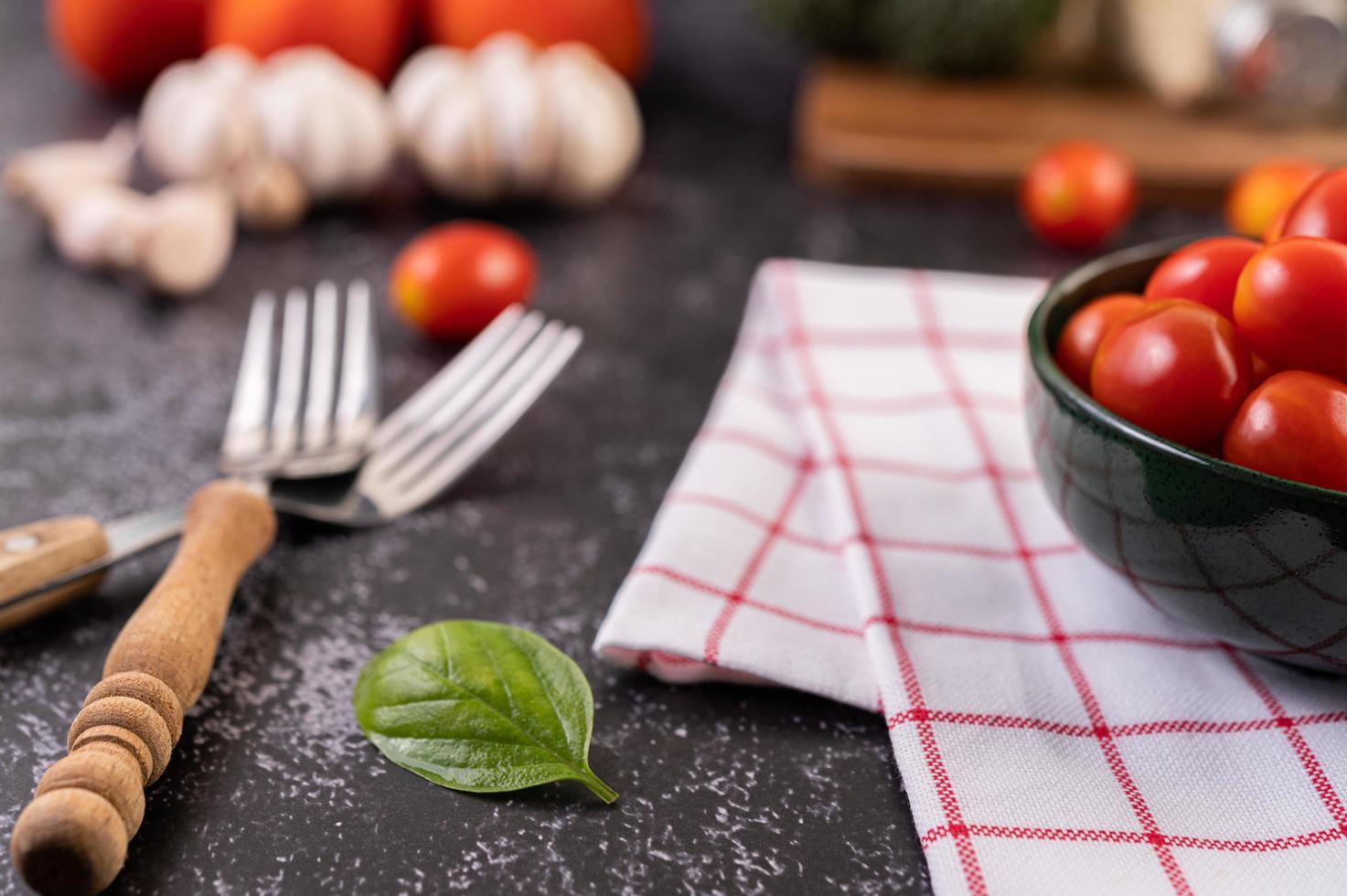verse rijpe tomaten op een rode geruite doek foto