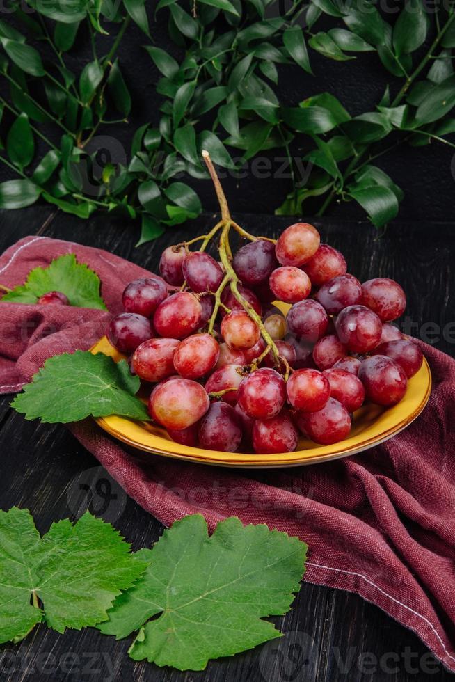 rode druiven in een houten kom foto