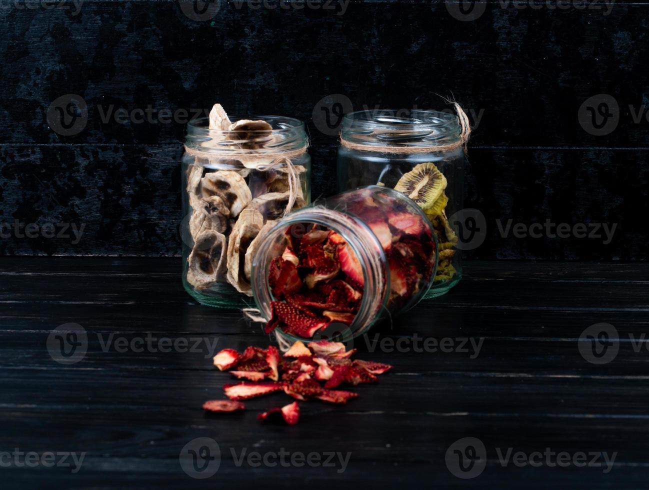potten met gedroogd fruit op een donkere achtergrond foto