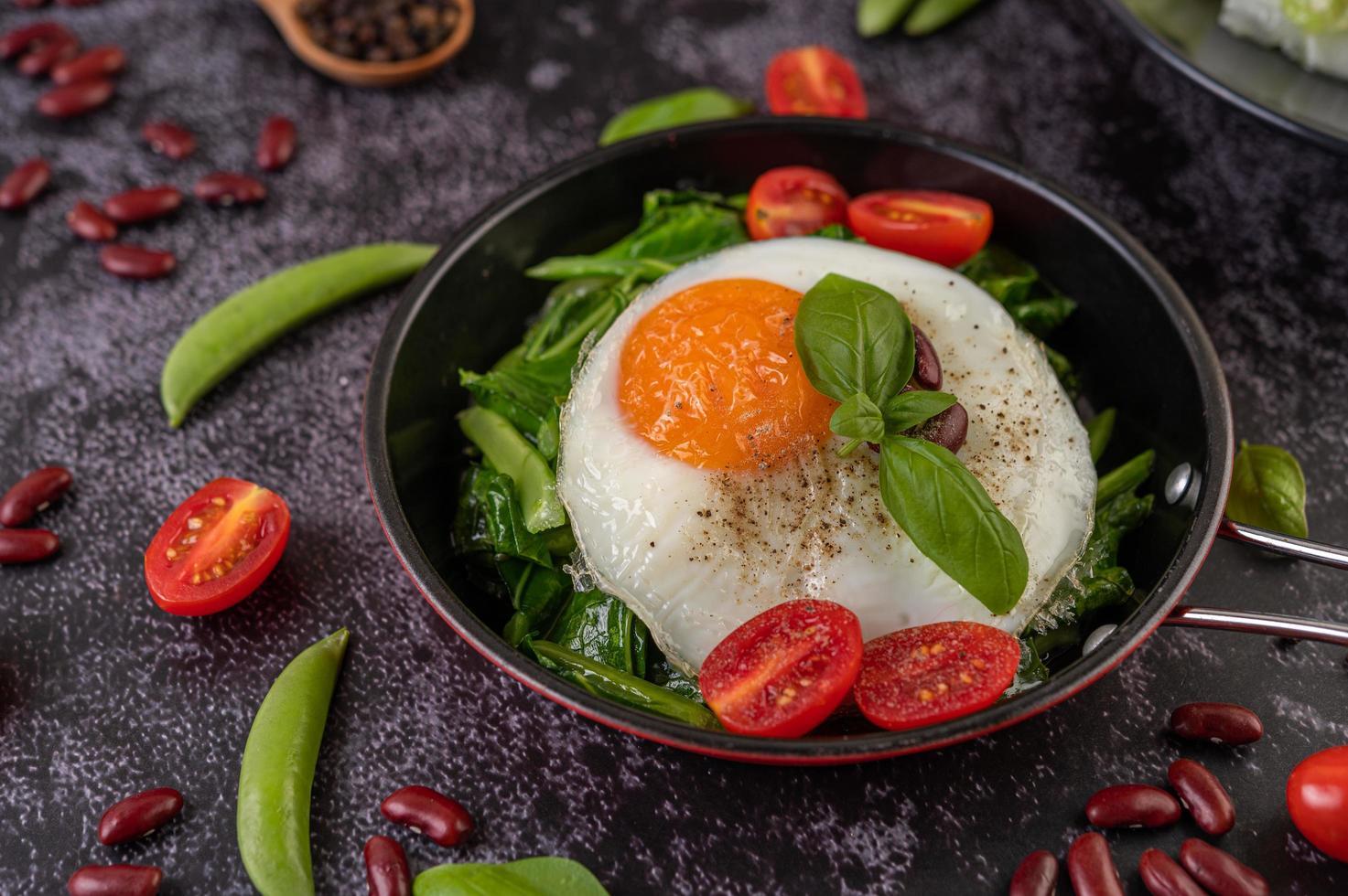 Roerbak boerenkool met ei en tomaten foto
