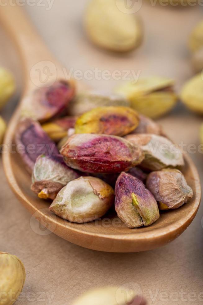 houten lepel met noten erop foto