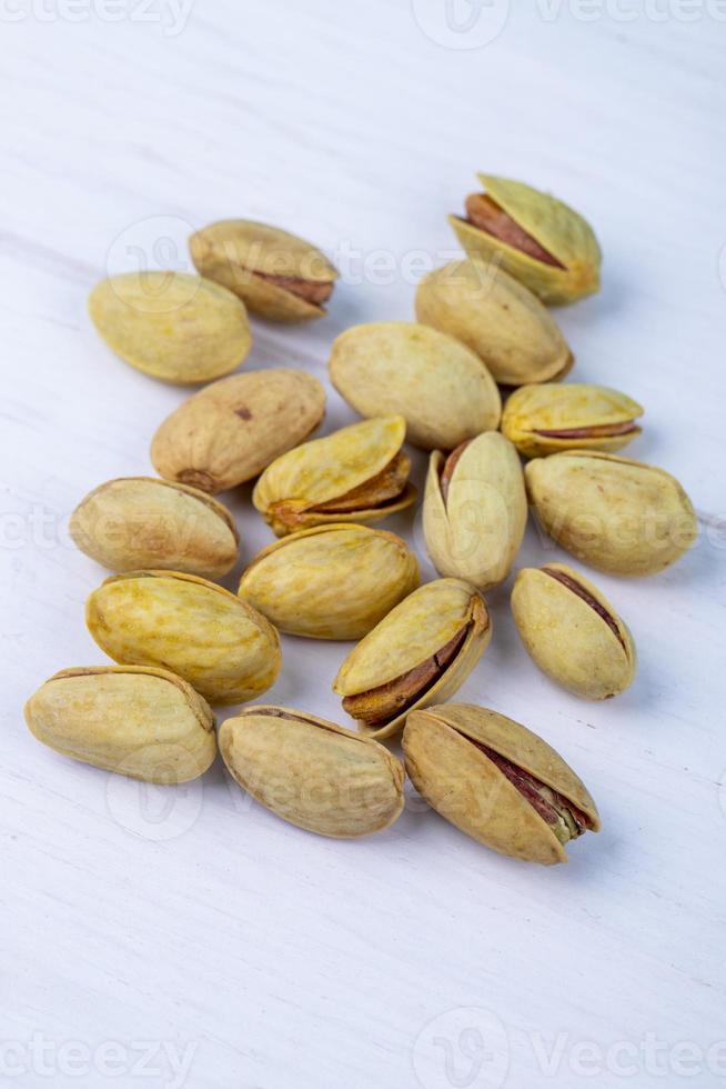 pistachenoten op een witte achtergrond foto