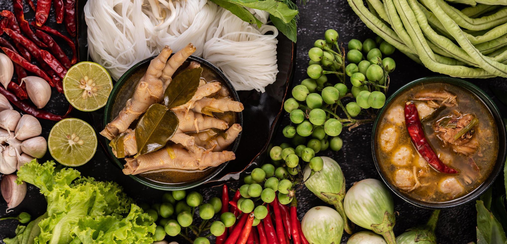 rijstnoedels en kippenpoten met bonen foto