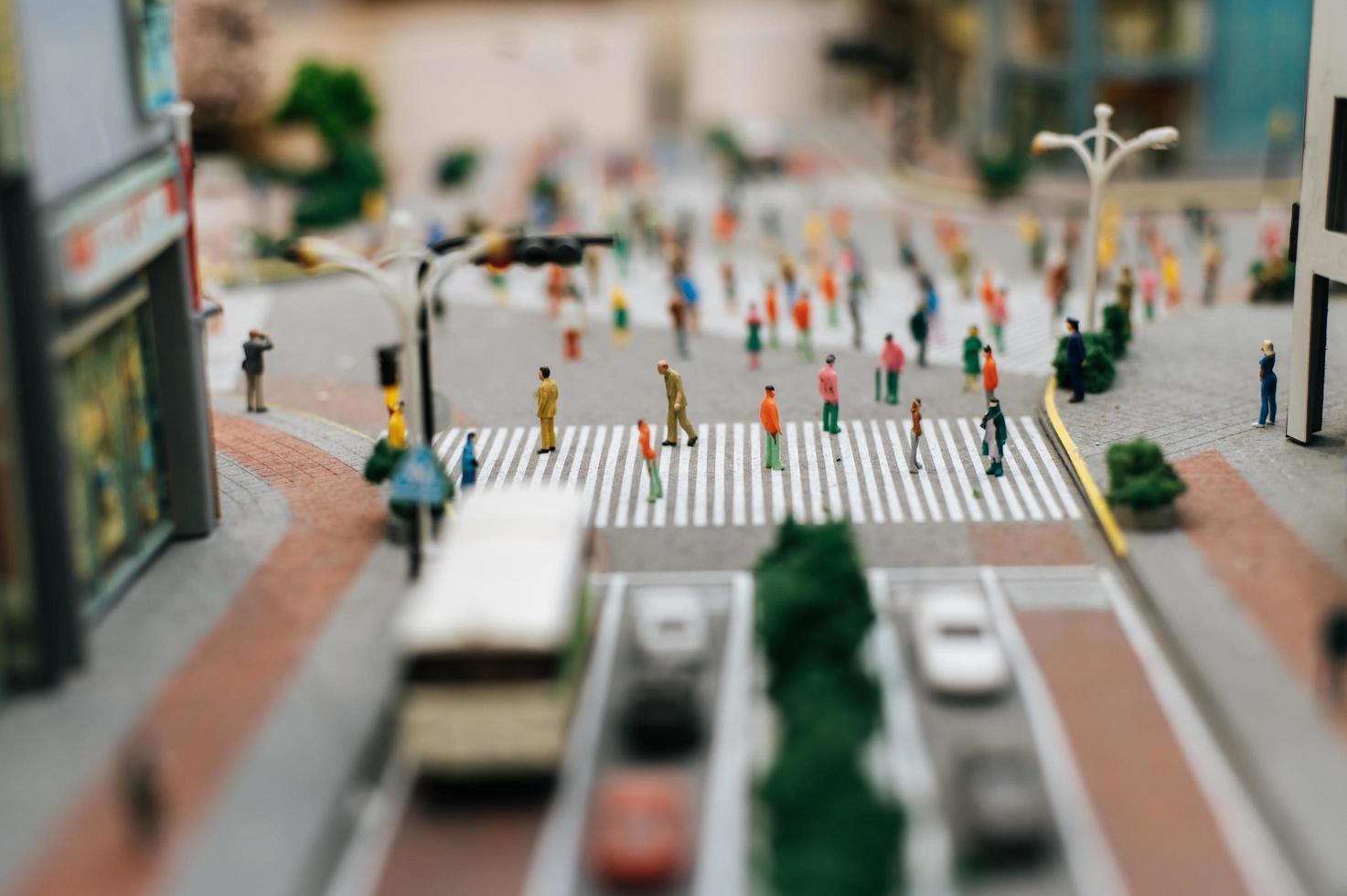 kleine mensen lopen door veel straten foto