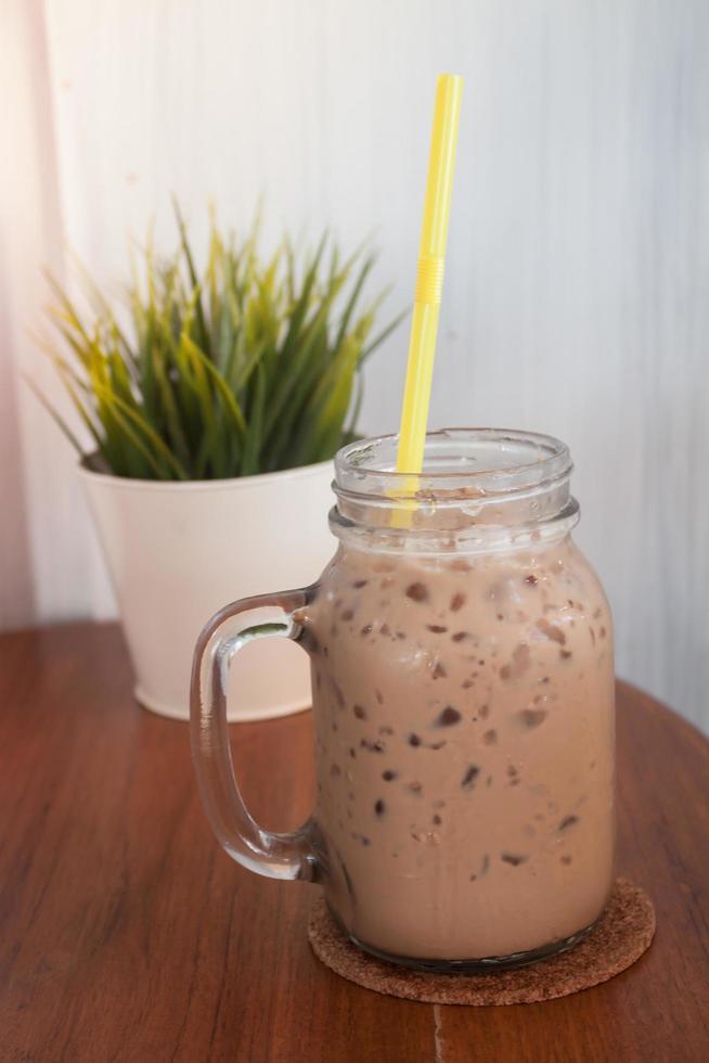 ijskoffie in een glas met een plant foto