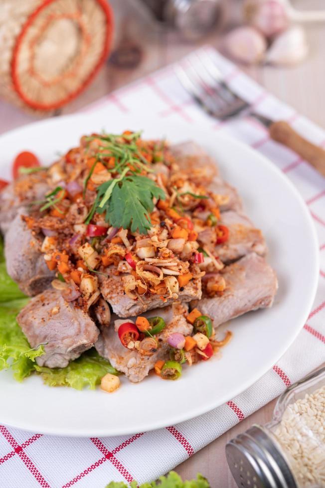 gekruid varkensvlees gehakt met tomaten foto