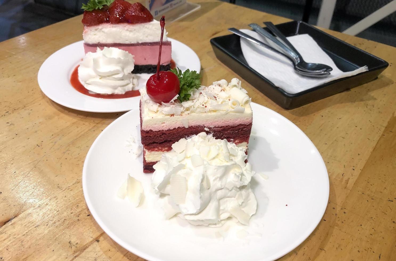 roodfluwelen cheesecakes met slagroom foto