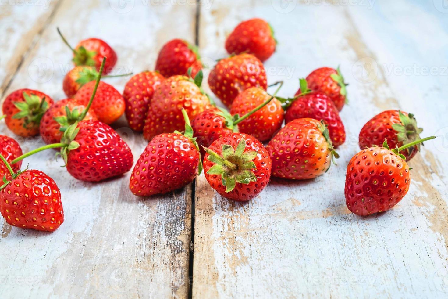 verse aardbeien op een houten tafel foto