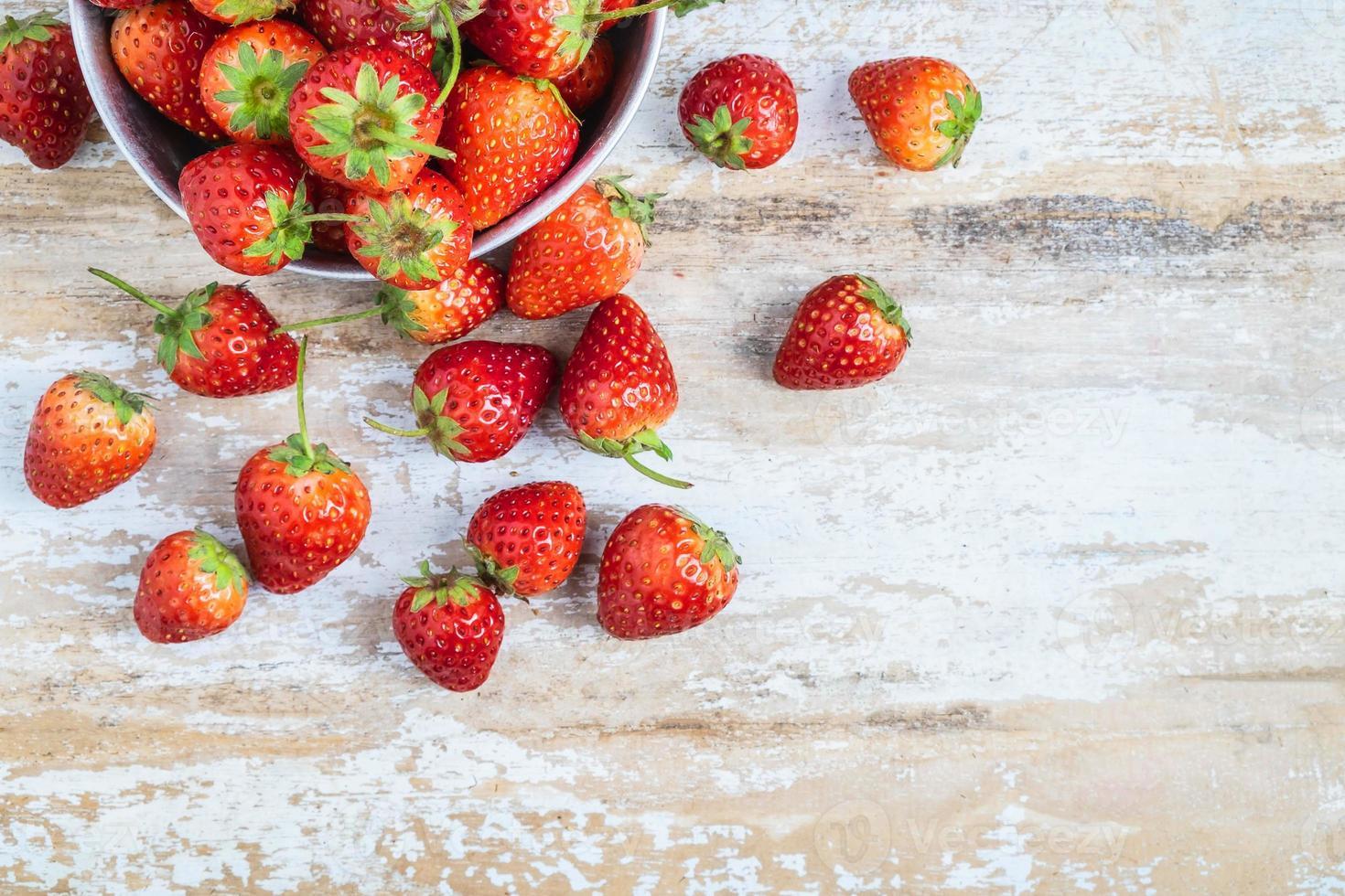 verse aardbeien op een tafel foto