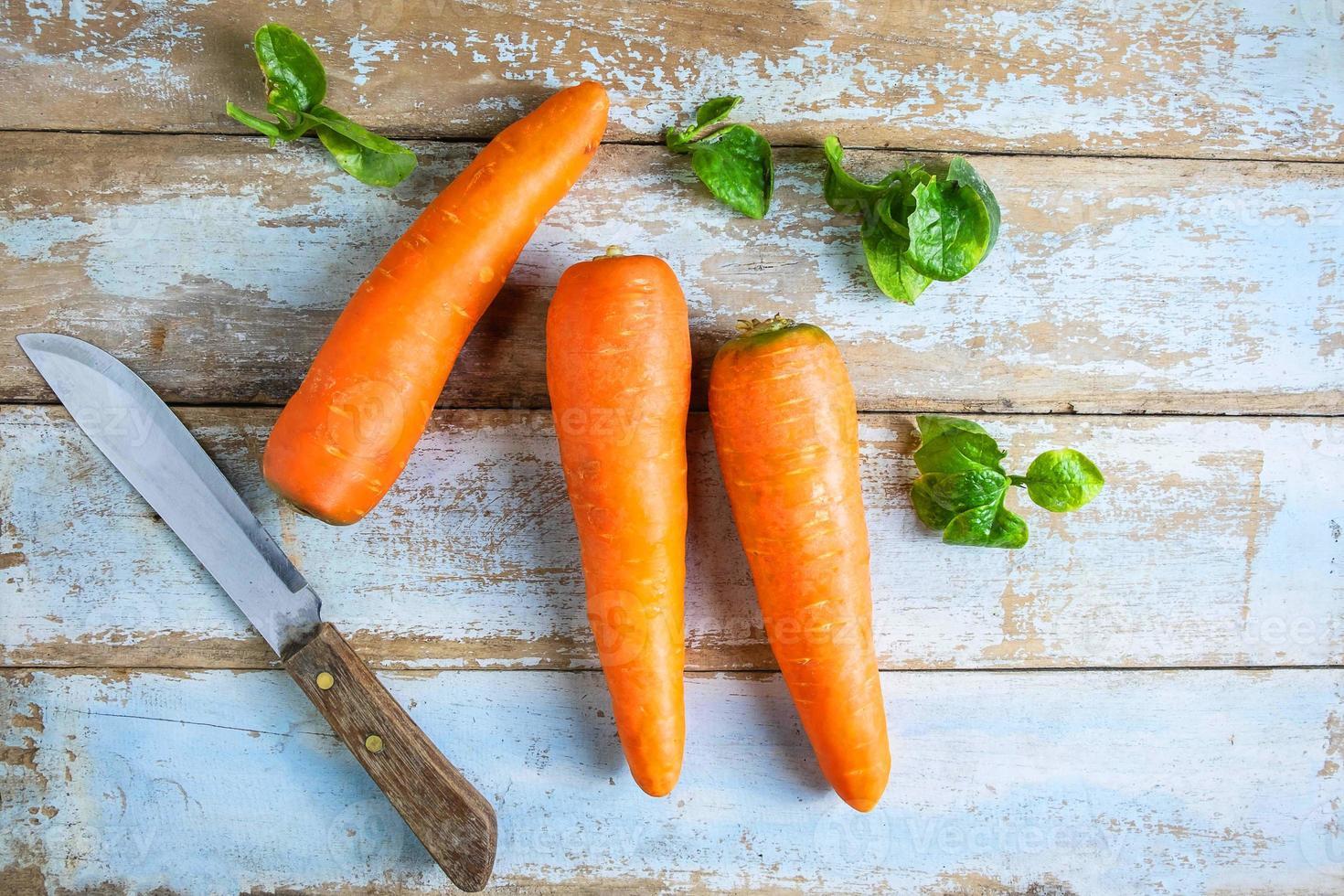 wortelen met een mes foto