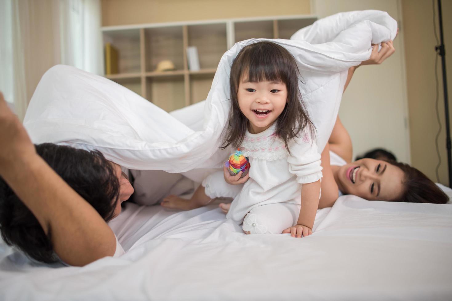 gelukkig kind met spelende ouders foto