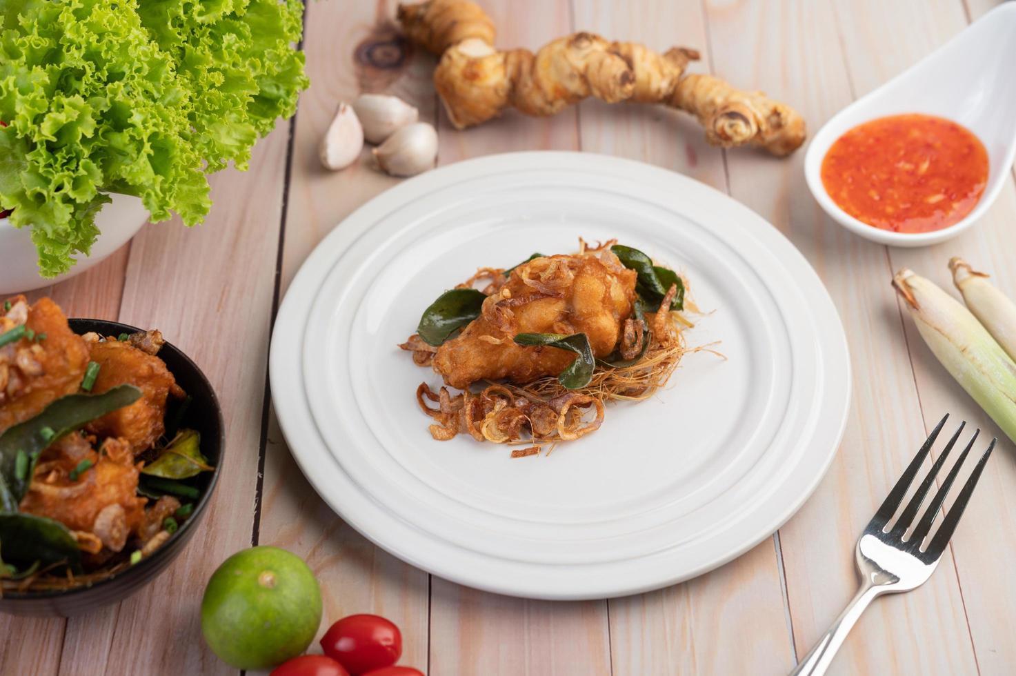 een bord met kruiden gebakken kip foto