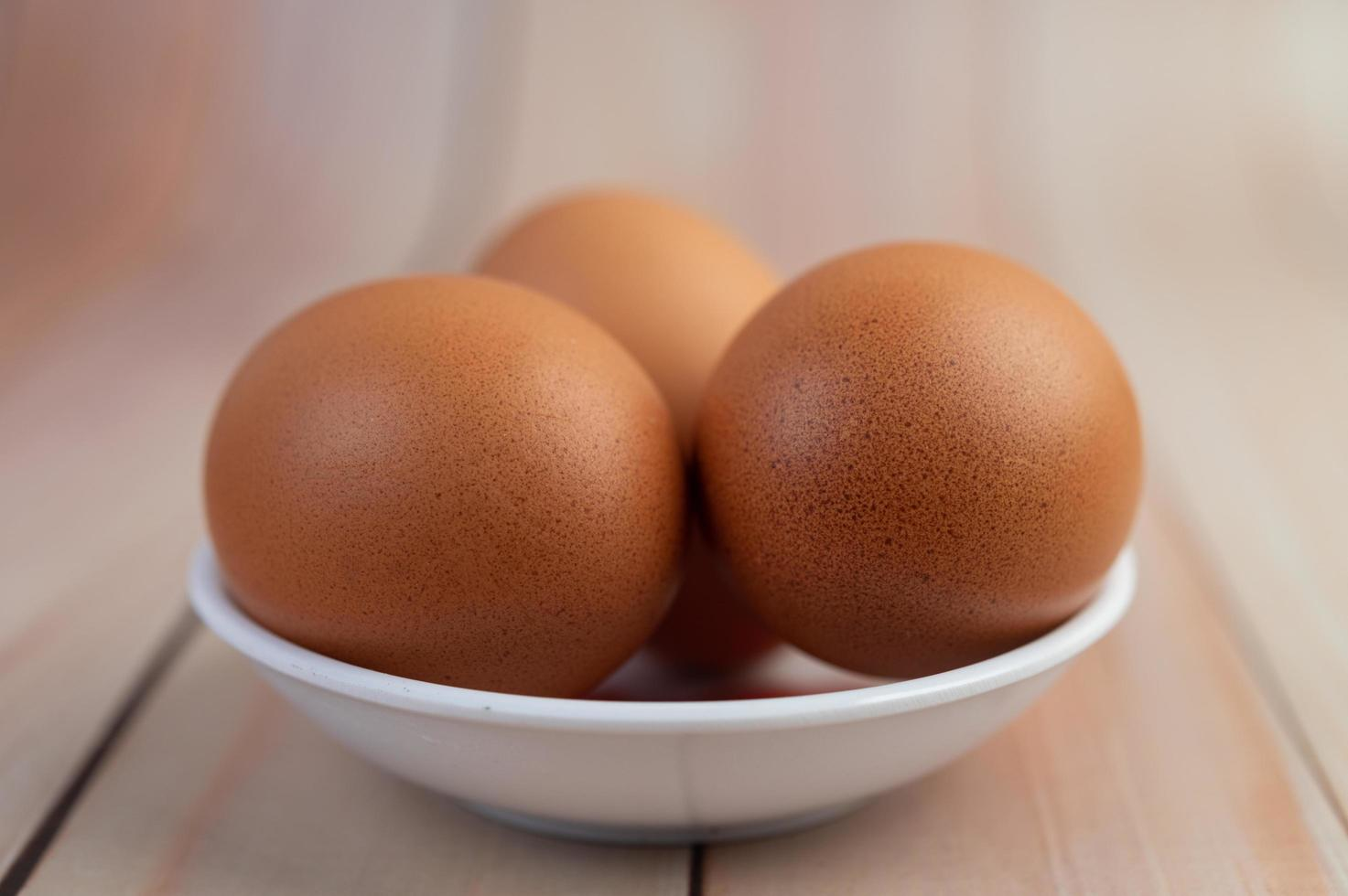 eieren in een klein kopje foto