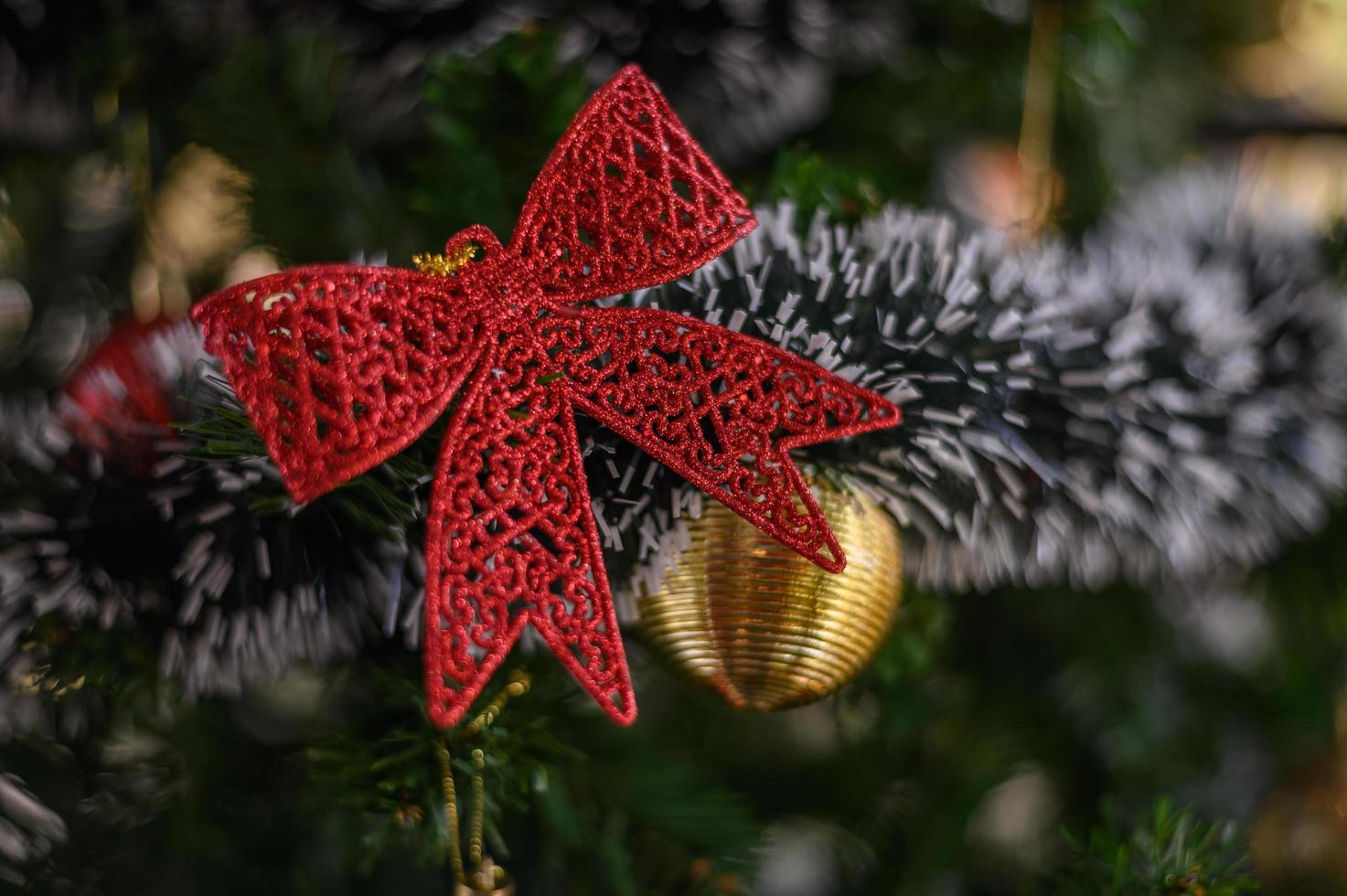 close-up van een rode strik op een kerstboom foto