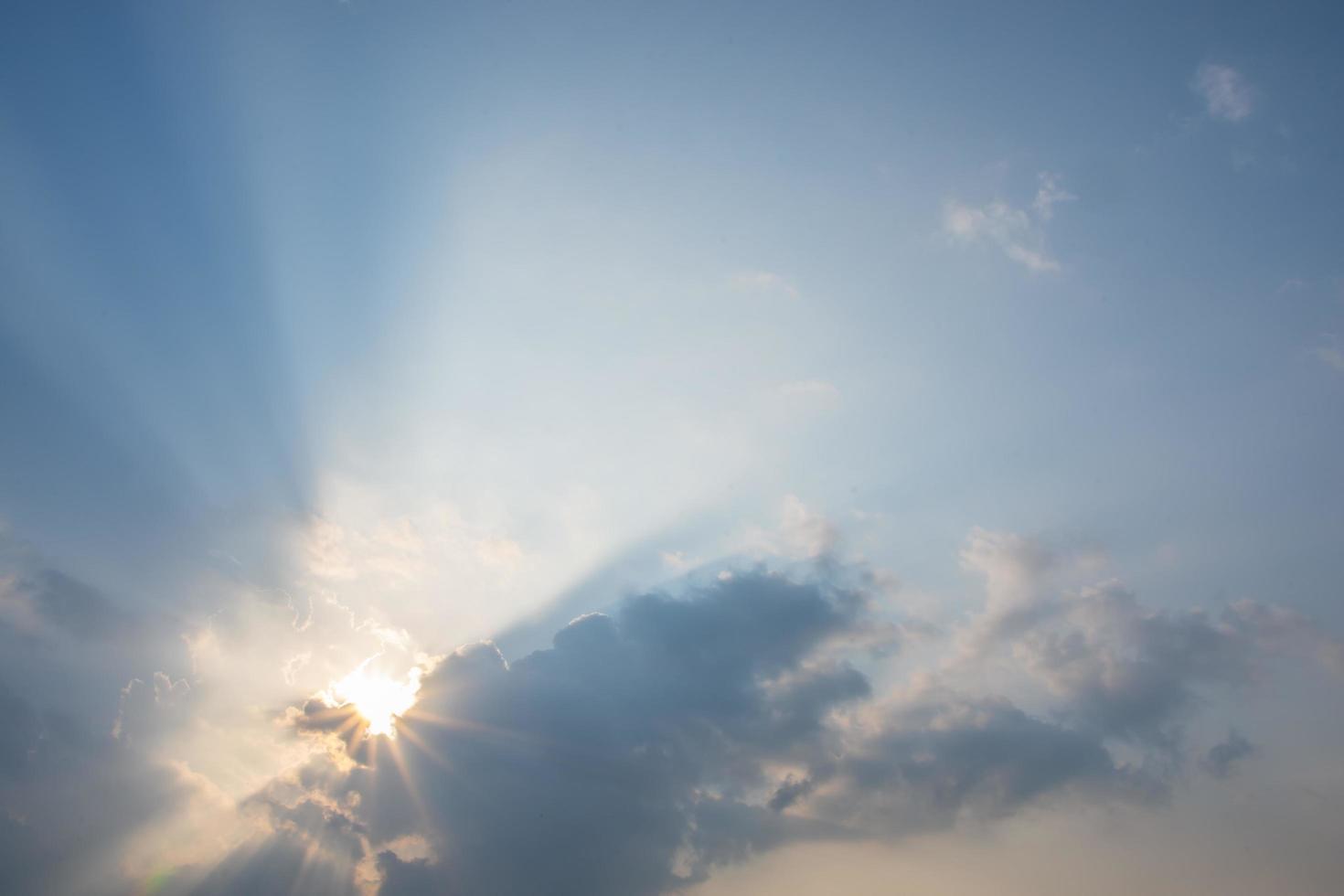 de hemel bij zonsondergang foto