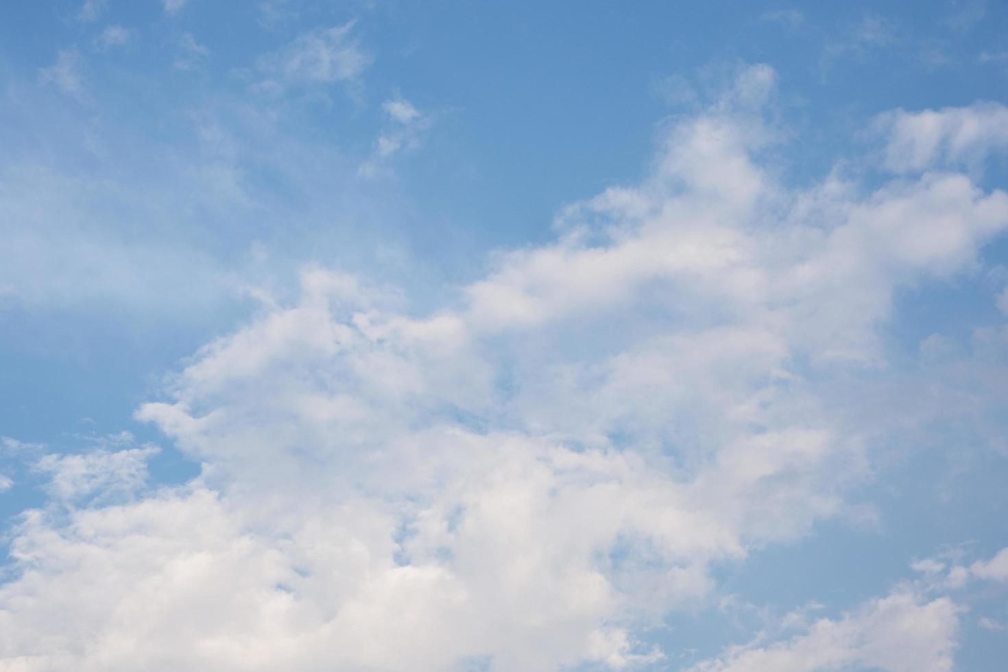 de lucht en de wolken bij zonsondergang foto