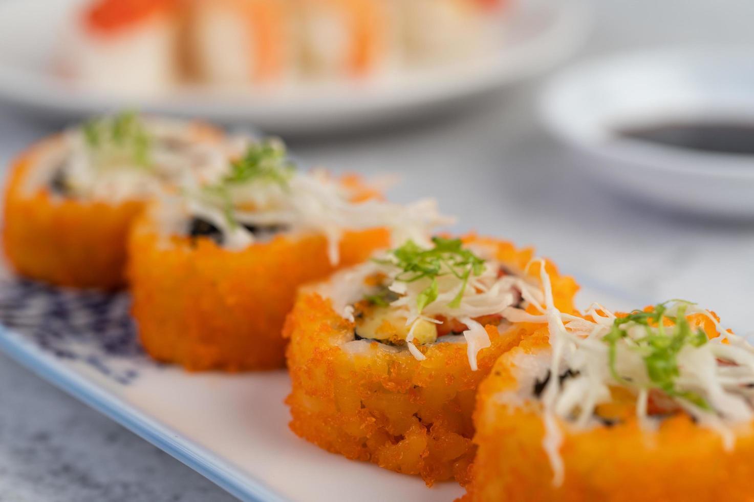 geassorteerde sushi-broodjes foto