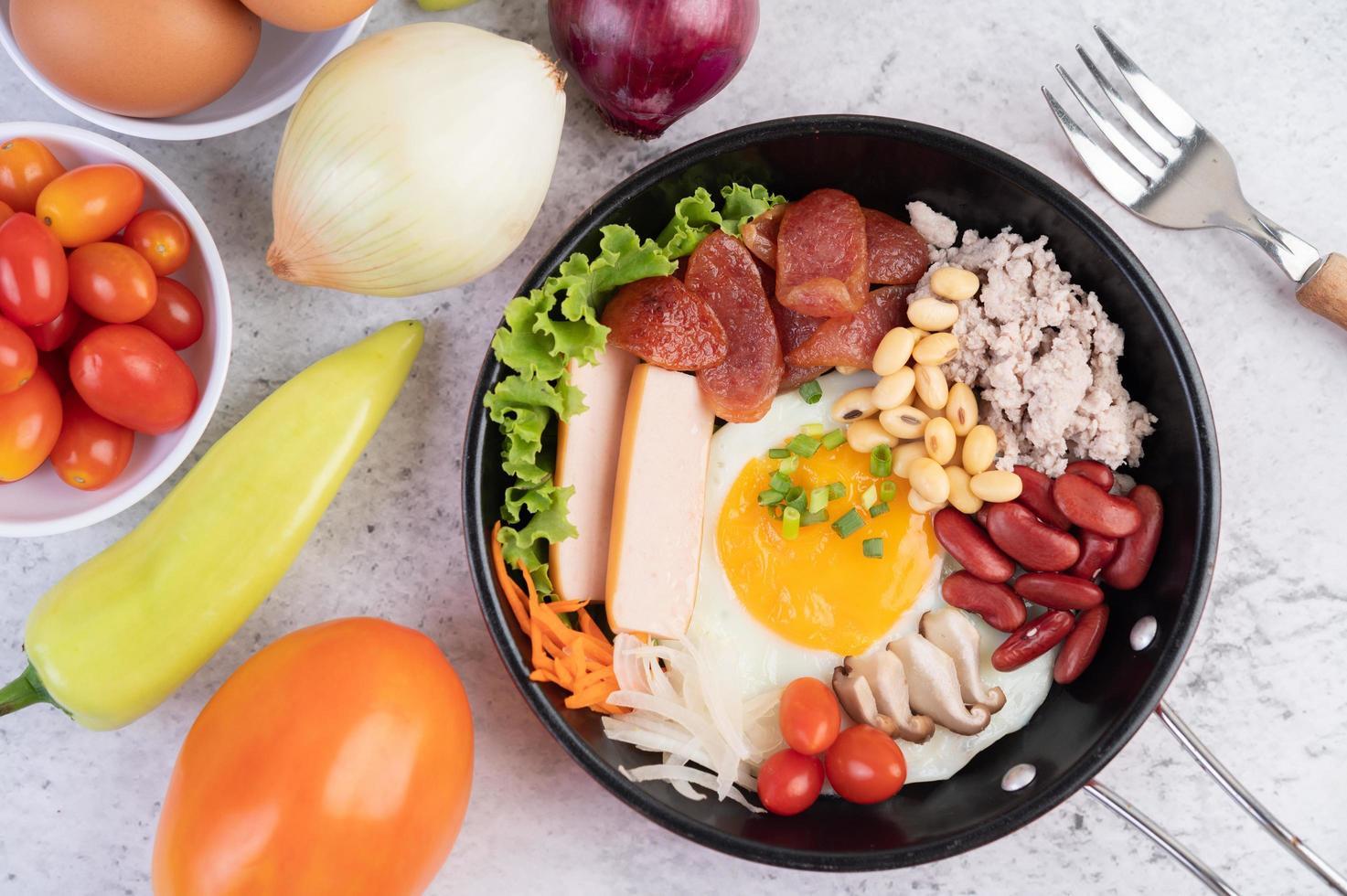 groentesalade met brood en gekookte eieren foto