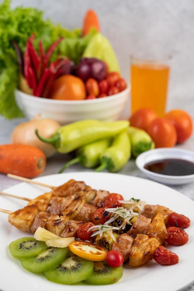 bbq vlees met tomaten en paprika foto