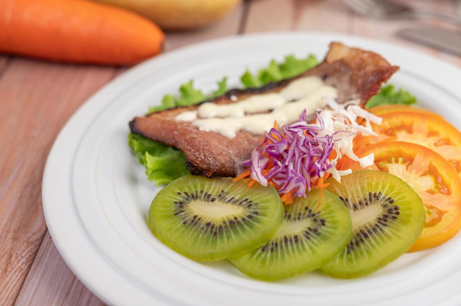 vis steak met frietjes en salade foto
