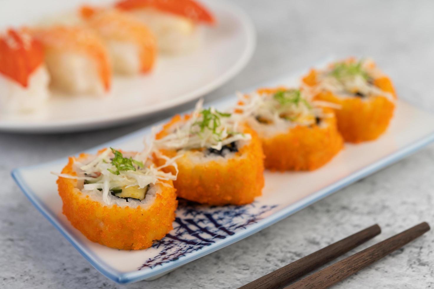 geplateerde sushi met saus en eetstokjes foto