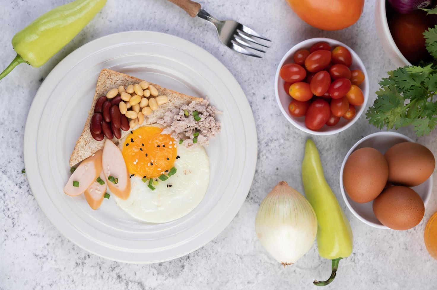 gebakken eieren, worst, varkensgehakt, brood en rode bonen foto