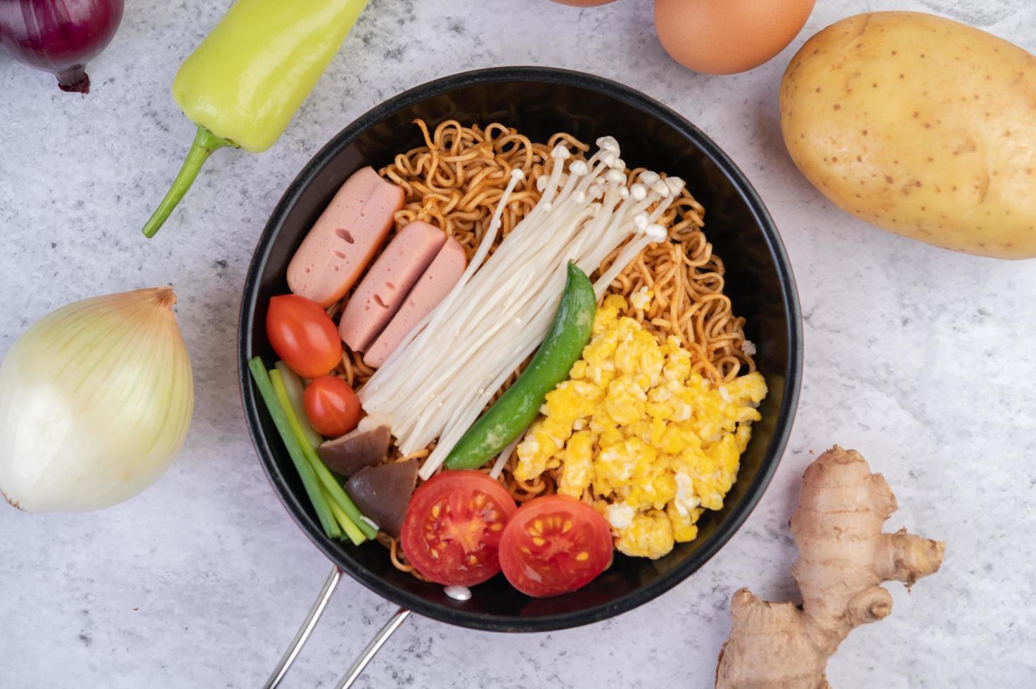 roergebakken noedels met mais, gouden naaldchampignon, tomaat, worst en edamame foto