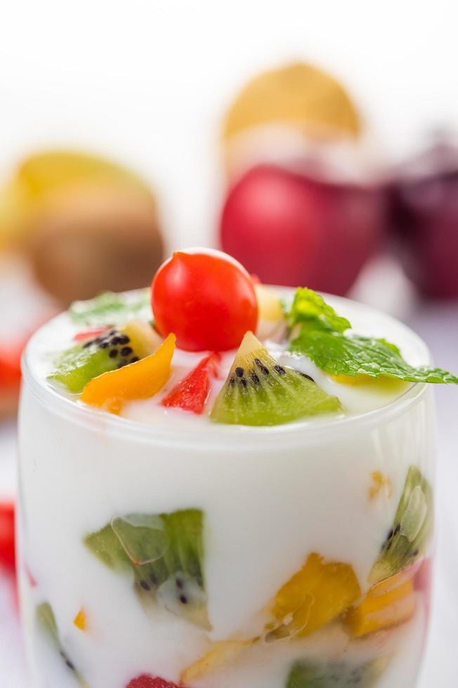 fruit yoghurt smoothie in helder glas foto