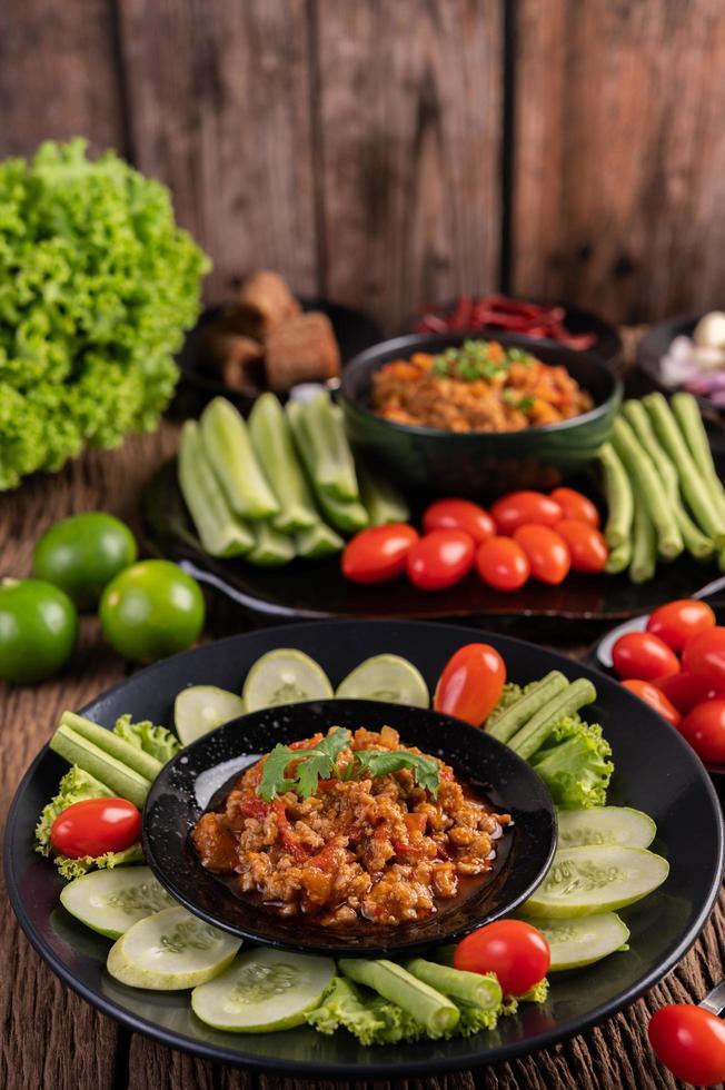 varkensvlees met komkommers, kousenband, tomaten en bijgerechten foto
