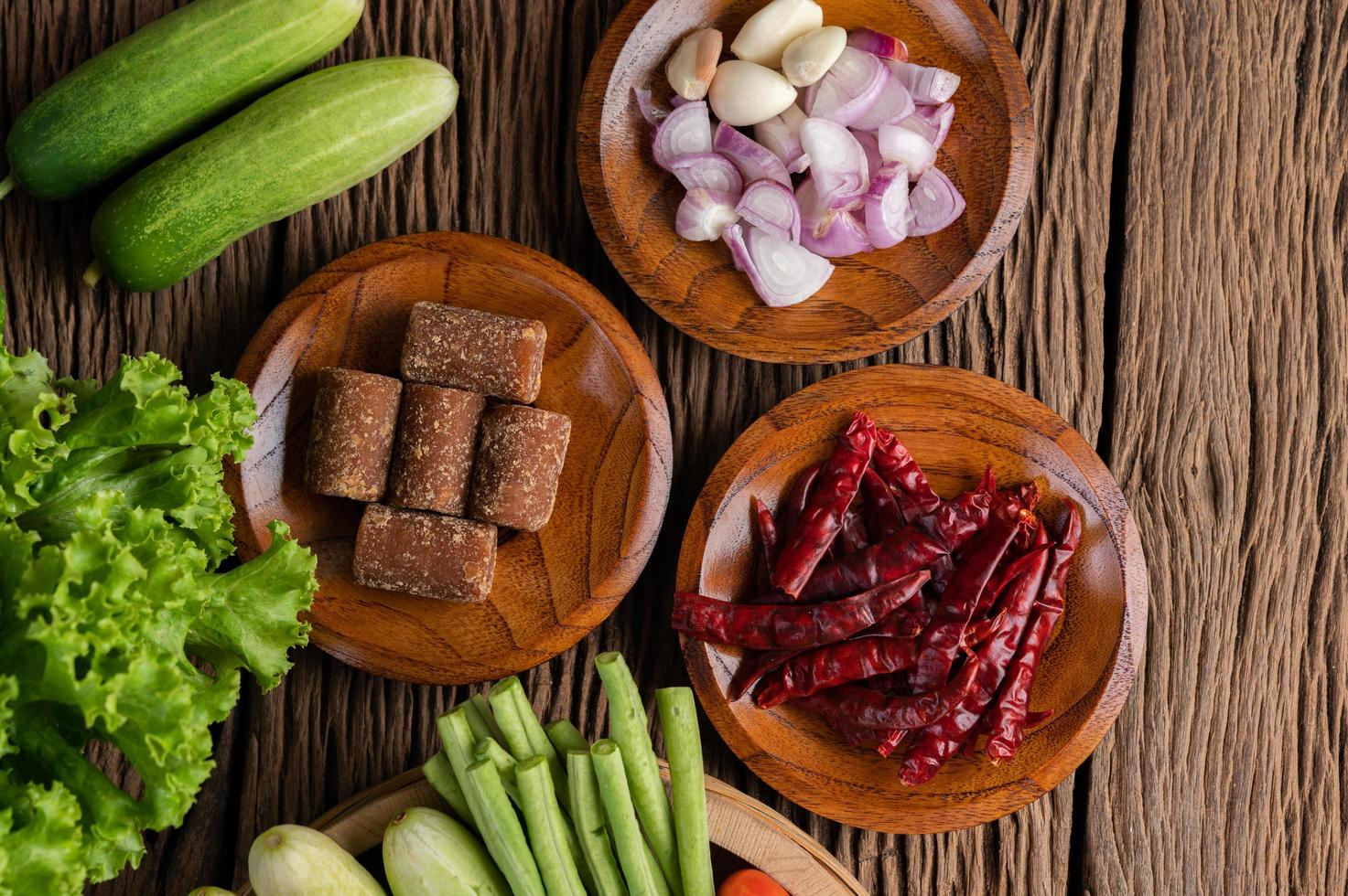 palmsuiker, rode uien, gedroogde paprika's, tomaten, komkommers, kousenband en sla foto