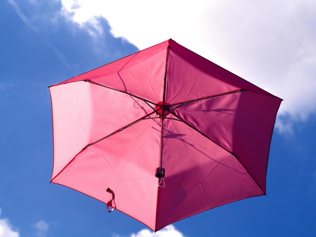 roze paraplu in de lucht foto
